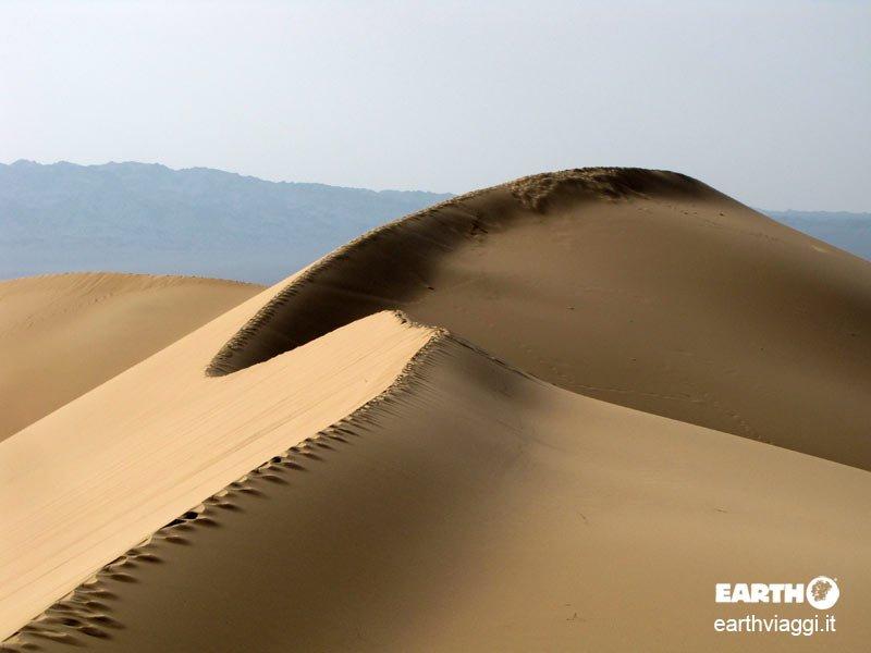 Scalando le dune di Khongoryn Els in Mongolia