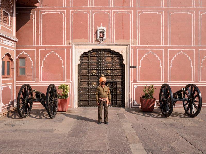 Il guardiano nel City Palace di Jaipur