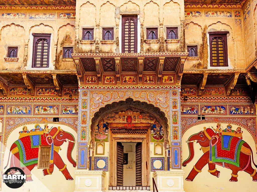 """Tra decadenza e bellezza: scopriamo Mandawa, una città """"calma"""" in India"""